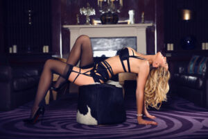 Angela-Marylebone-mature-blonde-GFE-bisexual-escort